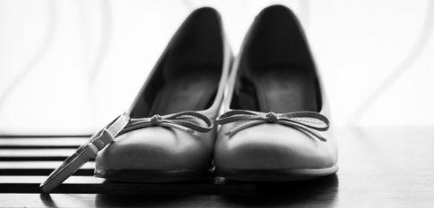 Schuhe und Armreif der Braut