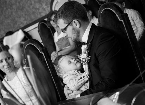 Bräutigam mit Kind während standesamtlicher Trauung in Lorsch in Hessen