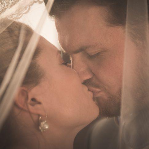 Nahaufnahme von Brautpaar unter Brautschleier in Frankfurt am Main in Hessen
