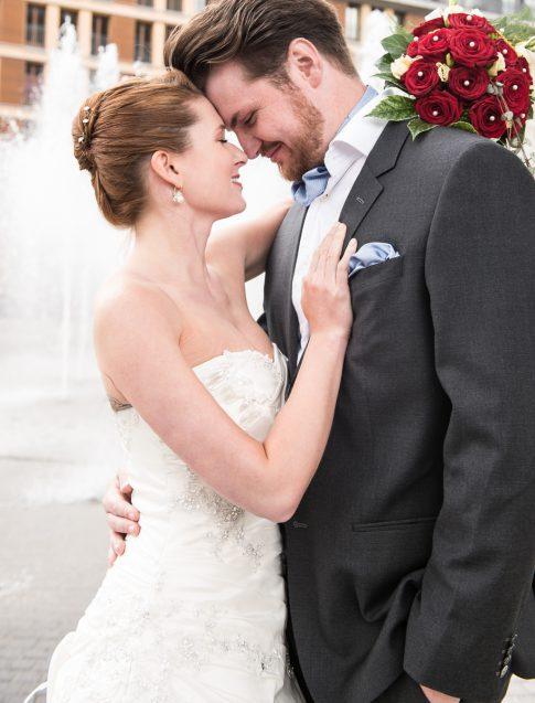 Brautpaar vor Springbrunnen am Mainplaza in Frankfurt in Hessen