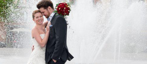 Brautpaar vor Springbrunnen vor Mainplaza in Frankfurt in Hessen