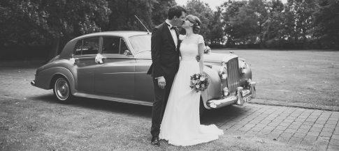 Hochzeitspaar vor Oldtimer Bentley im Clostermanns Hof in Niederkassel in Nordrhein-Westfalen