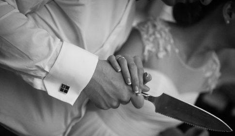 Brautpaar beim Anschneiden der Hochzeitstorte in Clostermanns Hof in Niederkassel bei Köln in Nordrhein-Westfalen