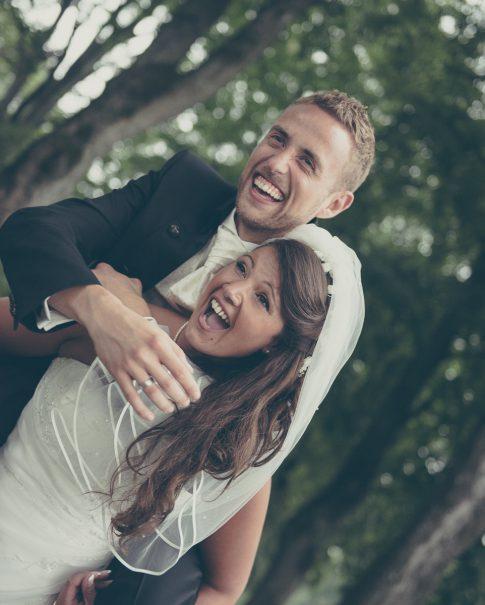 Brautpaar macht Huckepack-Lauf in Remscheid im Stadtpark in Nordrhein-Westfalen
