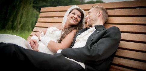 Hochzeitspaar auf einer Parkbank im Stadtpark in Remscheid in Nordrhein-Westfalen