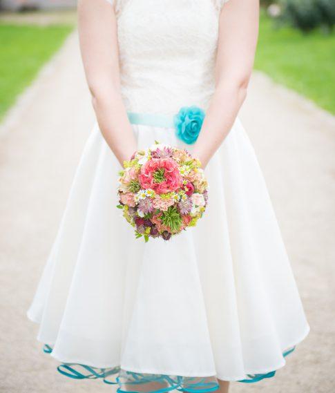 Braut mit Brautstrauß in Nels Parkhotel in Trier in Rheinland-Pfalz