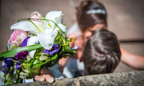Brautpaarshooting mit Brautstrauß an Wendelinuskapelle in St. Wendel im Saarland