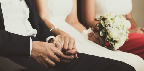 Händchenhalten des Brautpaares während der standesamtlichen Zeremonie
