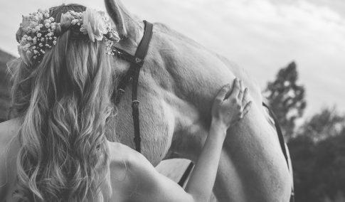 Braut mit Pferd bei Hochzeitsshooting von eurem Hochzeitsfotograf aus dem Saarland