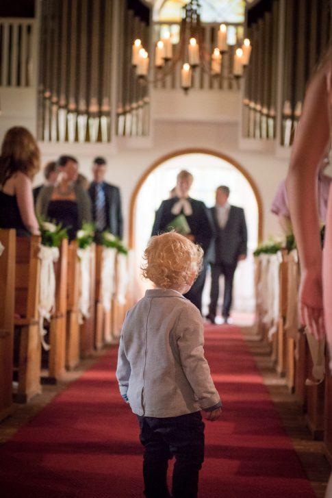 Kleiner Gast wartet auf das Brautpaar vor der Hochzeitszeremonie