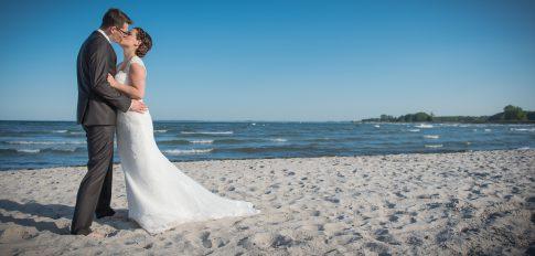 Hochzeitspaar am Strand von Damp in Schleswig-Holstein