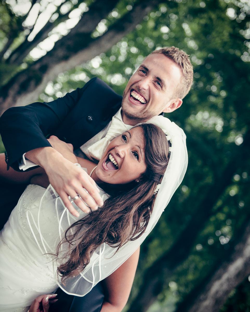 Huckepack von Brautpaar an Hochzeit