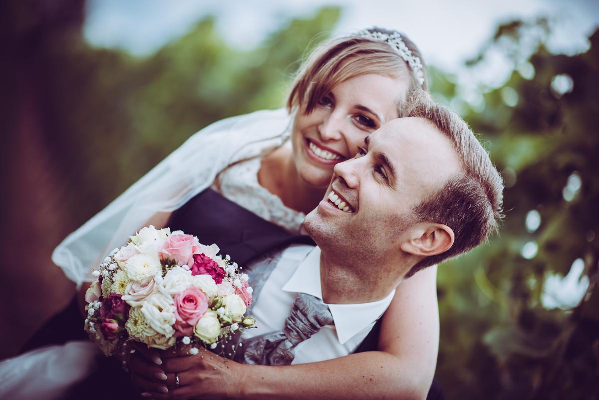 Huckepack Hochzeitsbild von Brautpaar an Hochzeit
