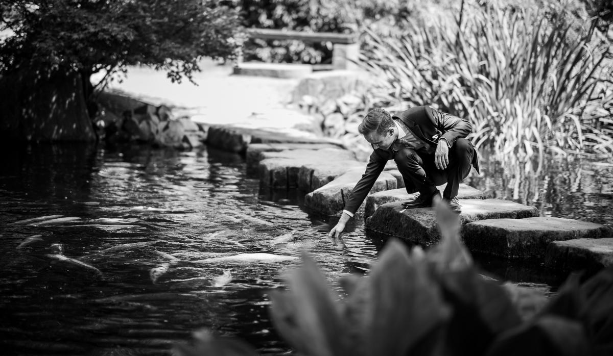Bräutigam im japanischen Garten in Kaiserslautern
