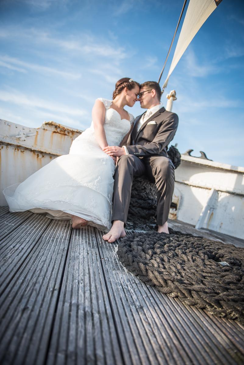 Brautpaarshooting auf einem Schiff in Damp an der Ostsee