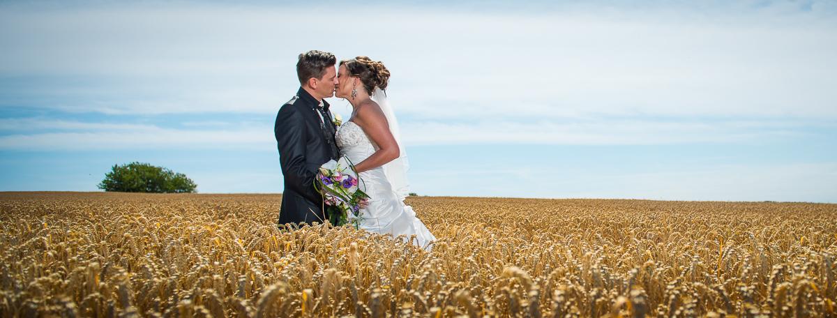 Brautpaar im Kornfeld bei St. Wendel im Saarland von eurem Hochzeitsfotografen