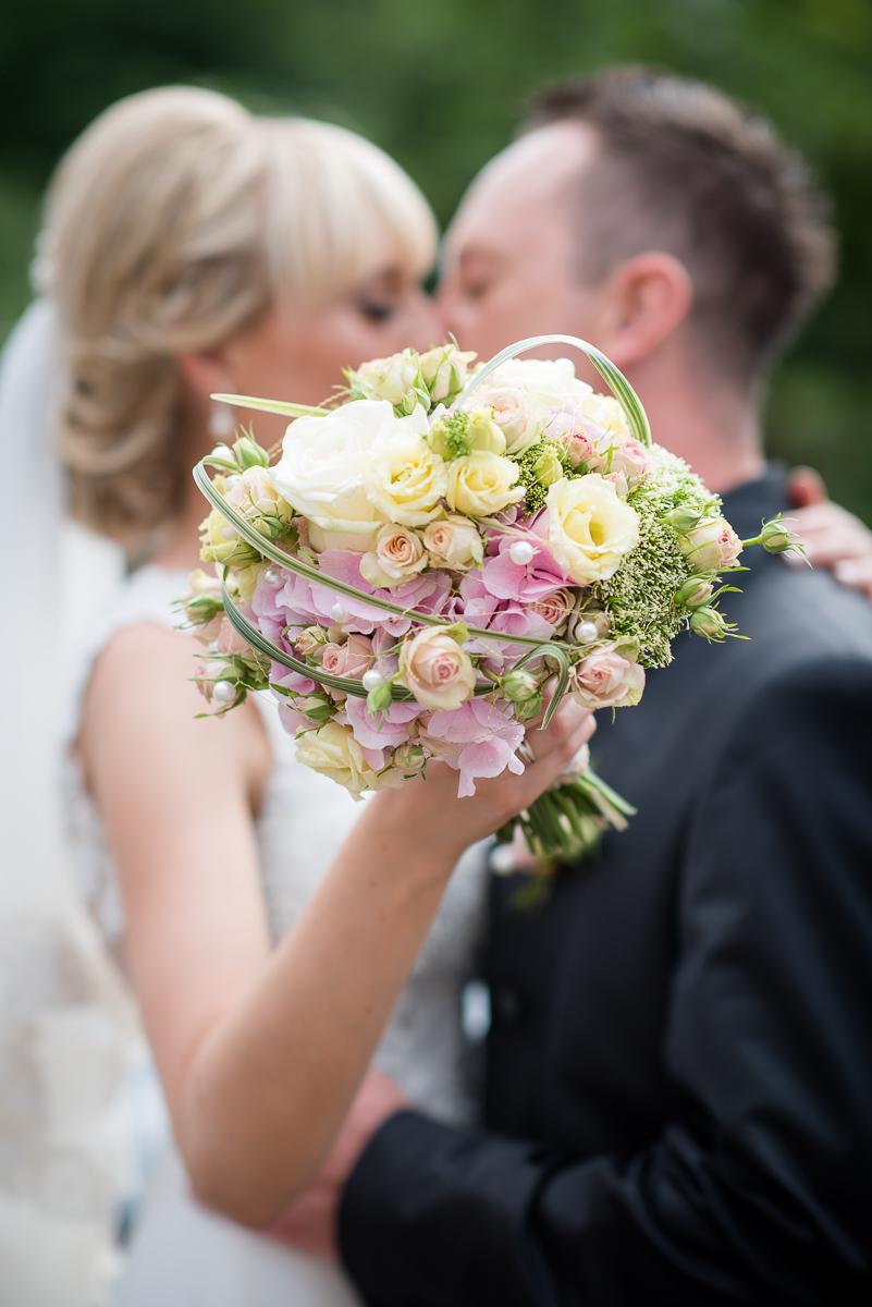 Brautstrauß und Brautpaar auf Hochzeit in der Bettinger Mühle im Saarland