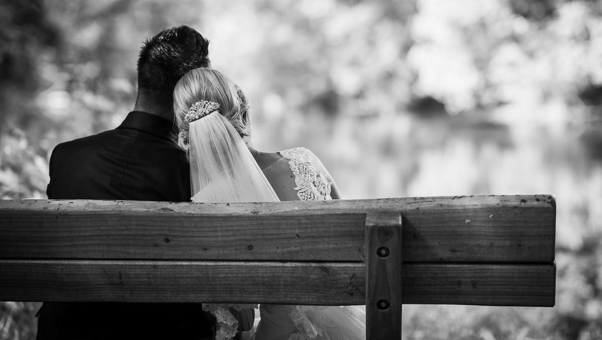 Brautpaar auf Bank von eurem Hochzeitsfotografen aus dem Saarland