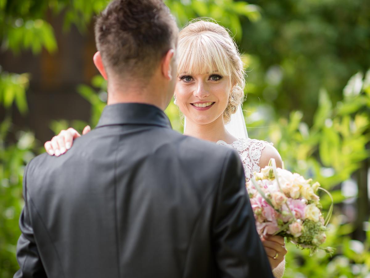 Braut während Brautpaarshooting an Bettinger Mühle im Saarland