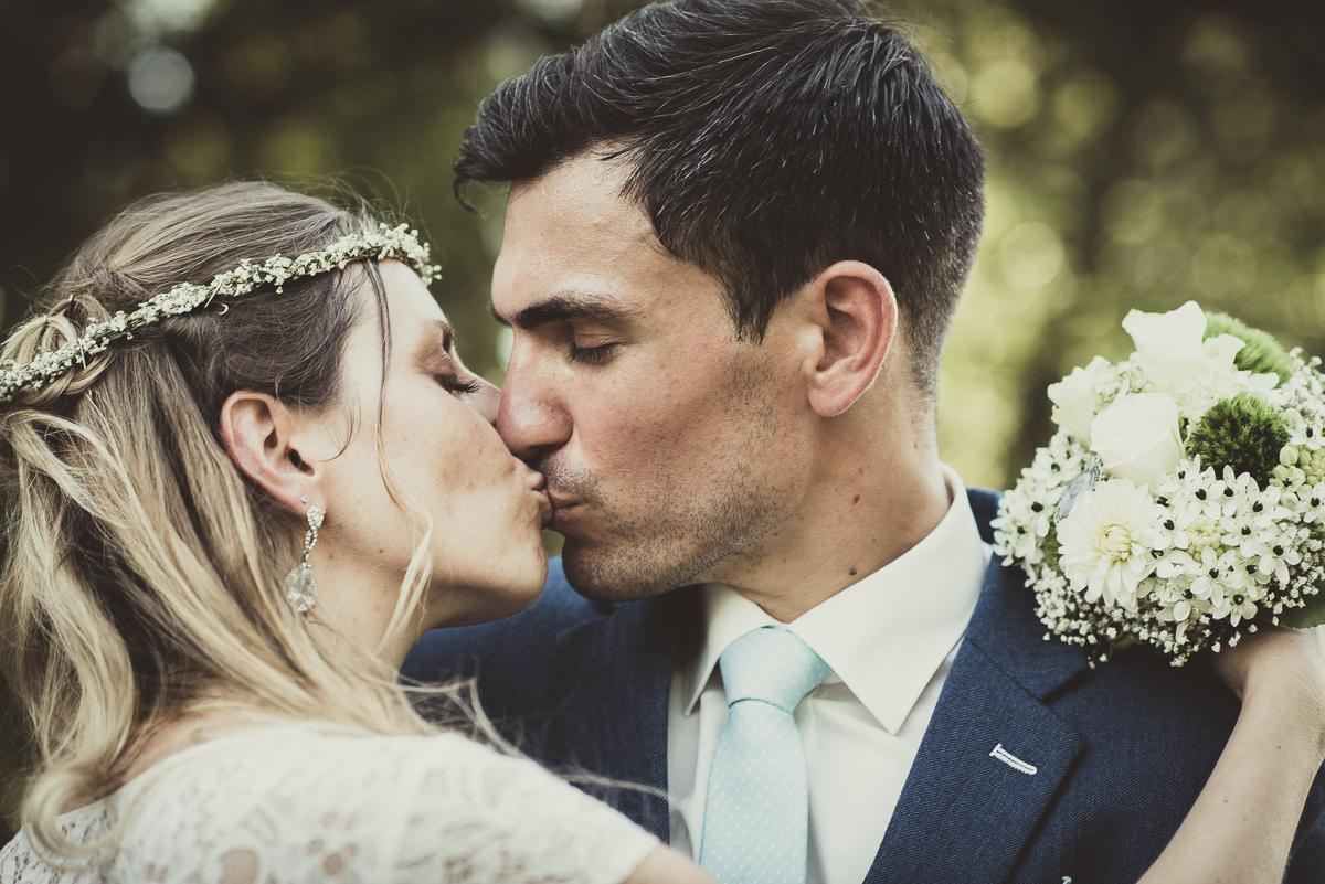 Brautkuss während Brautpaarshooting bei Hochzeit in Blieskastel im Saarland