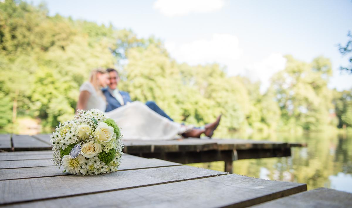 Brautpaar auf Steg in Blieskastel im Saarland von eurem Hochzeitsfotografen