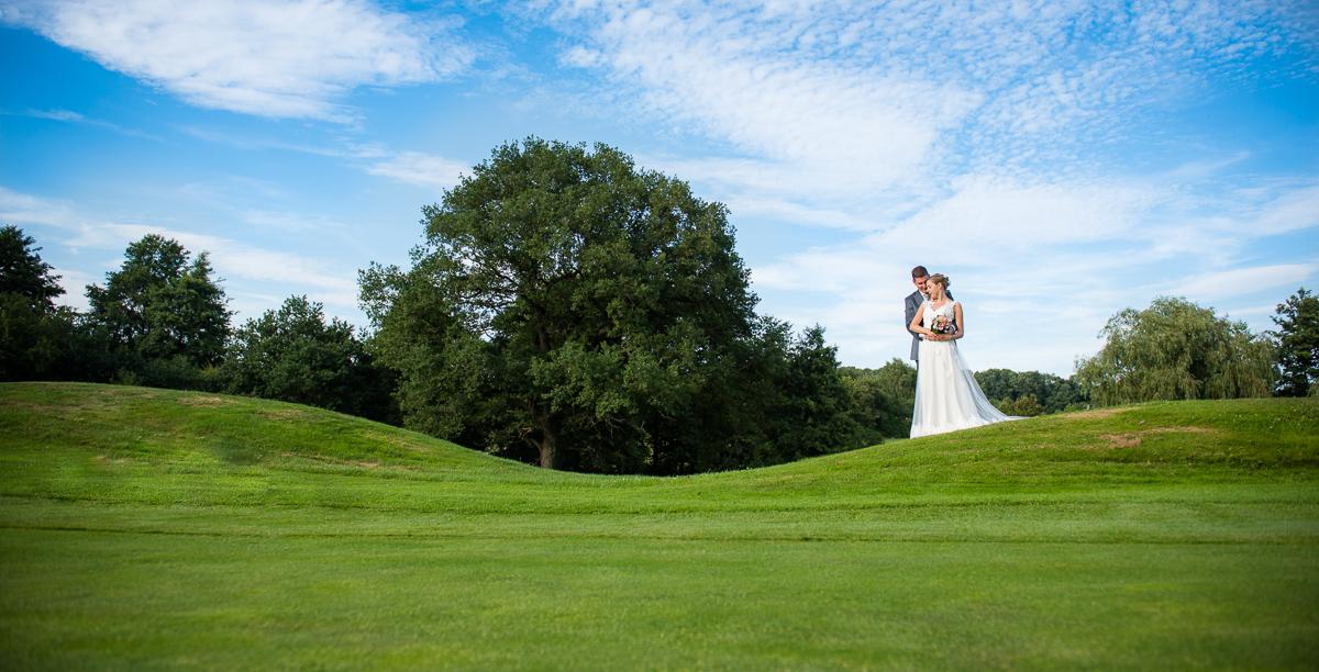 Brautpaarshooting auf Golfplatz in Homburg im Saarland von eurem Hochzeitsfotografen