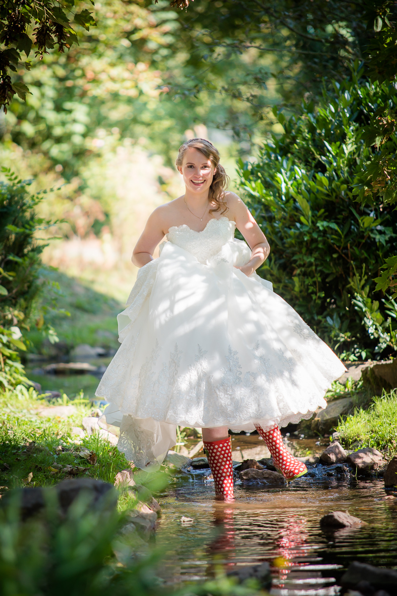 Braut mit Gummistiefeln im asiatischen Garten in Lebach von eurem Hochzeitsfotgrafen aus dem Saarland