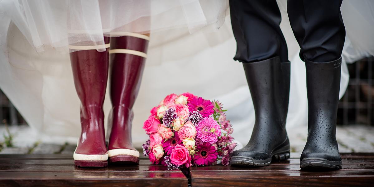 Brautpaar und Gummistiefel bei Hochzeit im Saarland