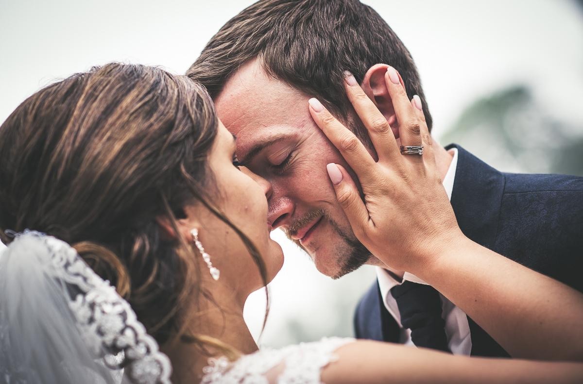 Emotionale Hochzeitsbilder während Brautpaarshooting von eurem Hochzeitsfotografen aus dem Saarland