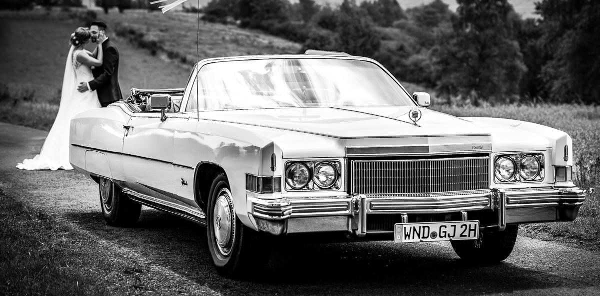 Hochzeitsbilder mit Cadillac Oldtimer und Brautpaar von eurem Hochzeitsfotografen
