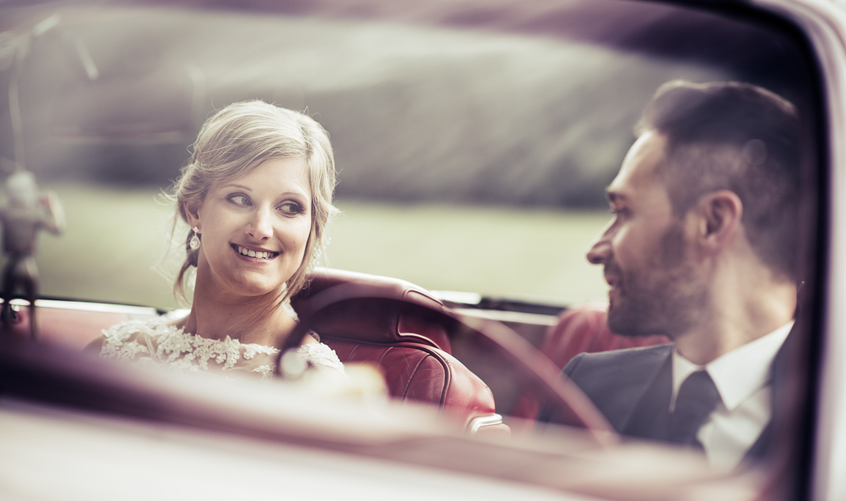 Brautpaar im Oldtimer an Hochzeit im Saarland