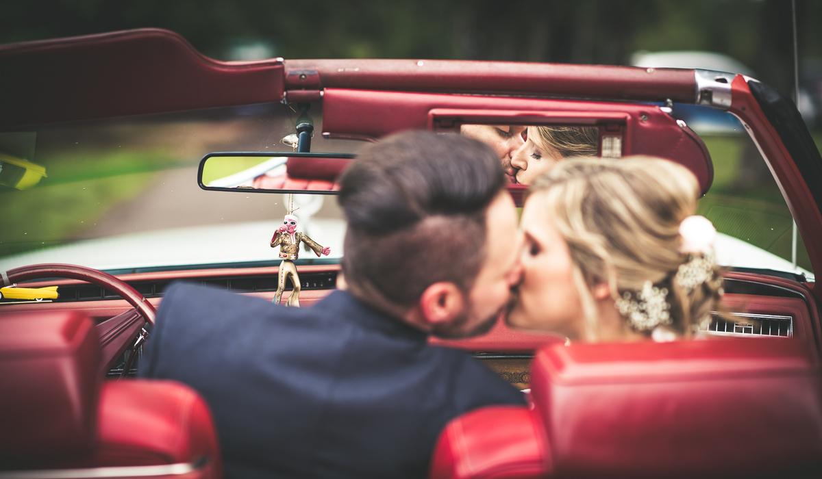 Brautkuss im Oldtimer im Saarland von eurem Hochzeitsfotografen