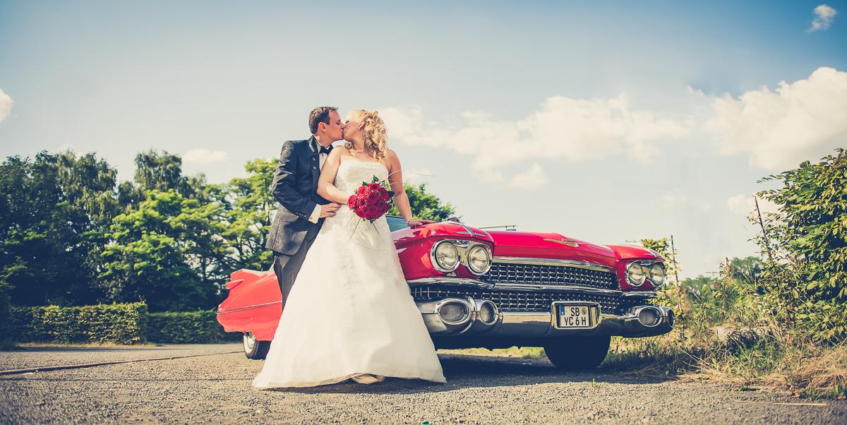 Brautpaar mit Oldtimer im Saarland